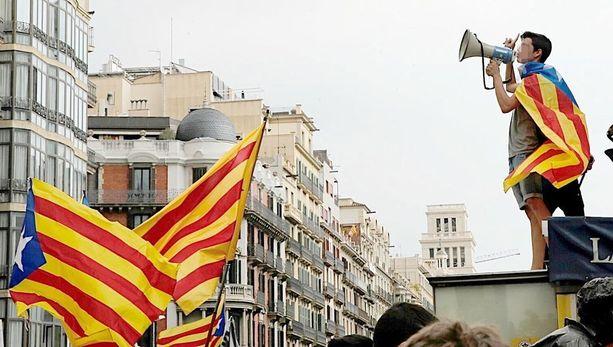 Katalonian itsenäisyyttä kannattavat opiskelijat protestoivat Barcelonan keskustassa torstaina.