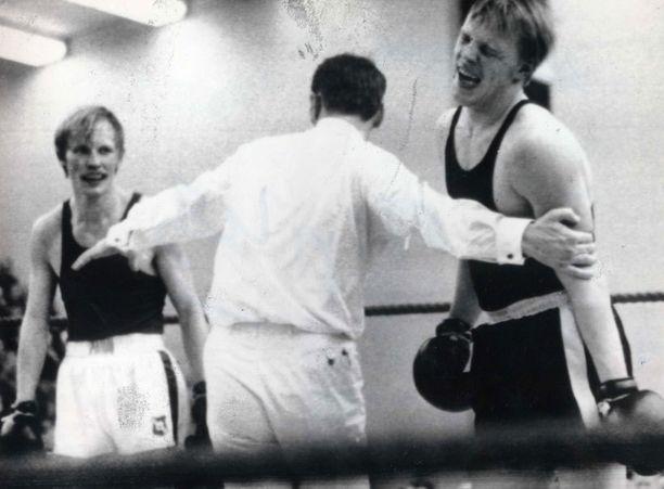 Vesku taitaa myös nyrkkeilyn. Tässä hän on kehässä Juha Kivirannan kanssa.