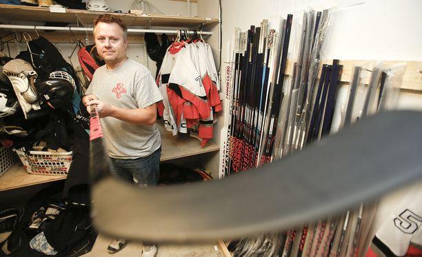 Pasi Pulkkinen perusti yrityksen ja ryhtyi valmistamaan jääkiekkomailoja, kun hän kauhistui urheiluvälineliikkeen yli 250 euron hintaisiin pelivälineisiin.