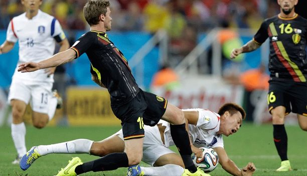 Belgian Nicolas Lombaerts tööttää Kim Shin-wookin nurmen pintaan.