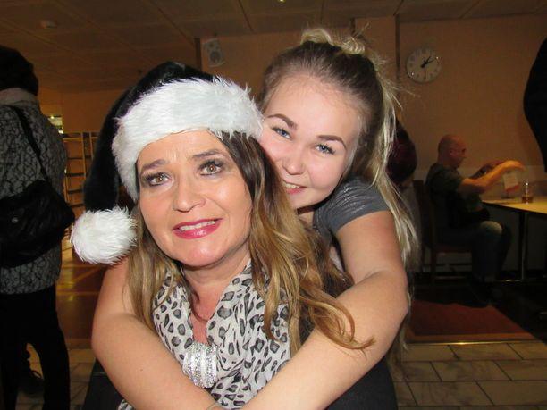 Meiju Suvaksen perhekin on laivalla. Kuvassa Meiju ja Milena-tytär.