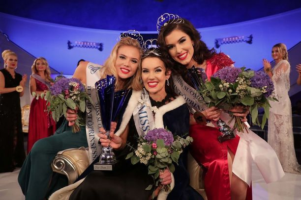 Lähiviikkoina selviää, jatkavatko Miss Suomi Michaela Söderholm (kesk.) ja ensimmäinen perintöprinsessa Adriana Gerxhalija Koivuniemen viitoittamalla tiellä.