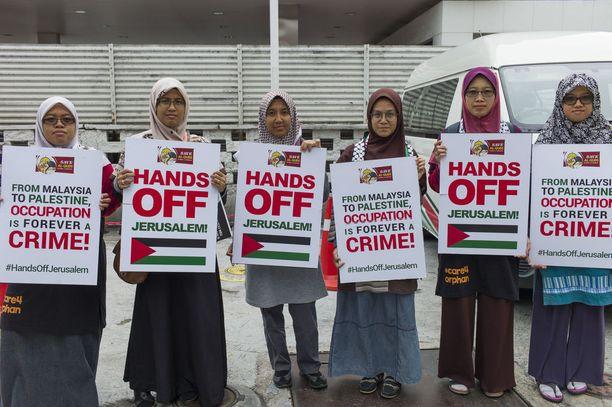 Mielenosoittajien kylteissä Kuala Lumpurissa kehotettiin olemaan kajoamatta Jerusalemiin.