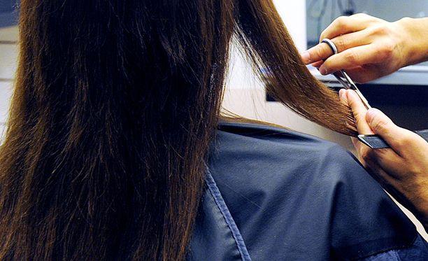 Parturi-kampaamoissa hiusten leikkauksia ei saa enää hinnoitella sen mukaan, onko asiakas mies vai nainen. Tämä olisi syrjintää elinkeinotoiminnassa, joka on kielletty myös rikoslaissa.