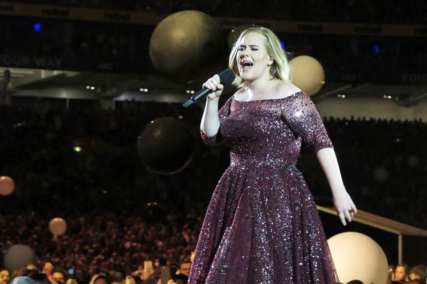 Kuvassa Adele kiertueellaan maaliskuussa.