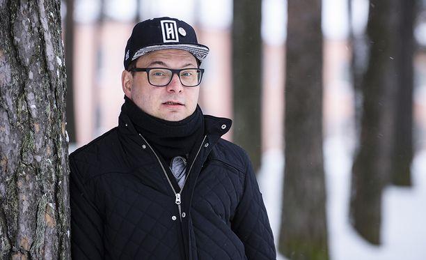 Juha Jylhäsalmi on noussut suurien haasteiden kautta arvostetuksi stand up -komiikoiden tuottajaksi. Keskivaikean masennuksen jälkeen hän alkoi karaokejuontajaksi. –Raskas pesti oli korkeakouluni viihdealalle, hän sanoo.