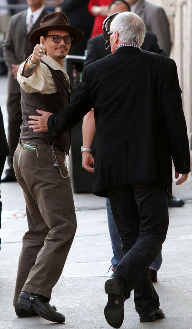 Johnny Depp oli hyvällä tuulella saapuessaan Jimmy Kimmelin vieraaksi.