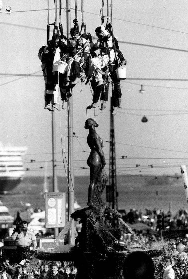 Vuonna 1990 Helsingin kaupunki kielsi ensimmäistä kertaa kiipeämisen Havis Amandan patsaaseen. Teekkarit joutuivat pesemään Mantan nosturista käsin.