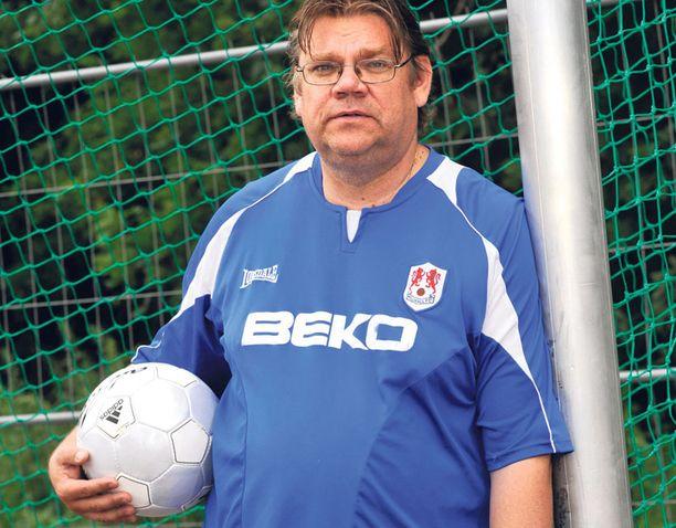Timo Soini seurasi suosikkijoukkueensa peliä irkkupubissa Strasbourgissa.
