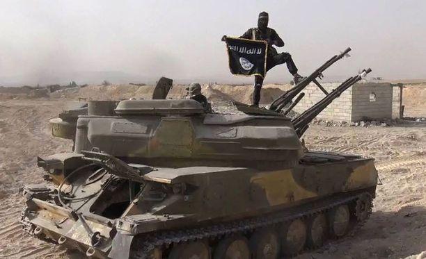 Isis-taistelija heilutteli äärijärjestön lippua Syyriassa. Arkistokuva.