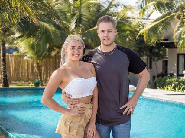Mira ja Markus viihtyvät hyvin yhdessä. Temptation Island Suomi -ohjelmaa he katsovat samassa osoitteessa.