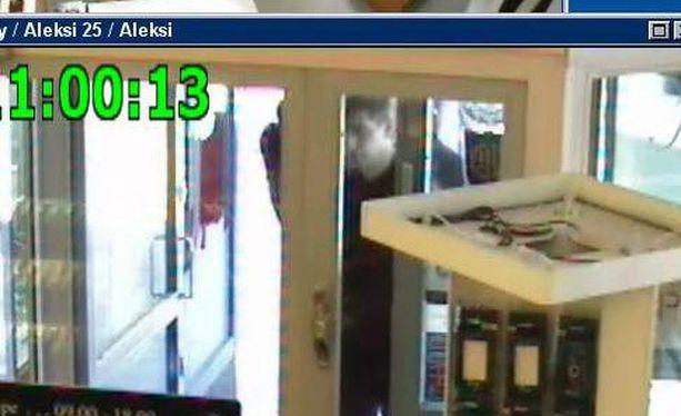 Poliisi julkaisi ryöstön jälkeen valvontakameran kuvaa ryöstöstä. Näin poliisi kuvaili tuolloin: Yksi tekijöistä on huomattavan pitkä, lähes kaksimetrinen. He saattavat olla ulkomaalaisia.
