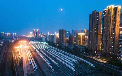 Valtava vyöry rautatieasemalle – tuhannet haluavat pois rajansa avanneesta Wuhanista