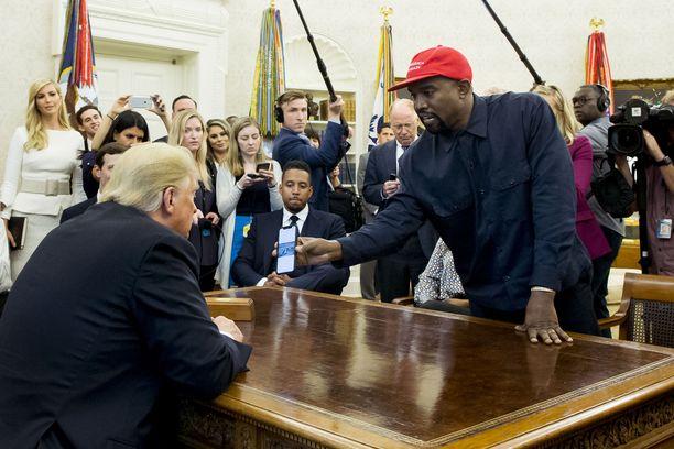 Kanye West esitteli puhelimensa kuvaa presidentti Donald Trumpille.