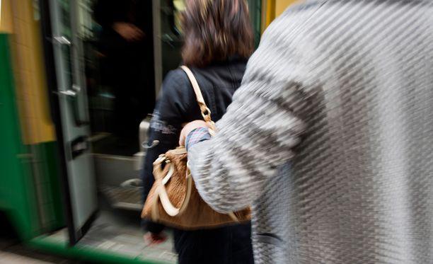 Kokonaisia laukkujakin katoaa. Yleisin varastettava asia on kuitenkin kännykkä. Kuvituskuva.