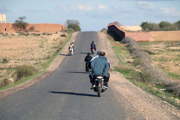 Mopot ja moottoripyörät kuuluvat erottamattomasti maanteille.