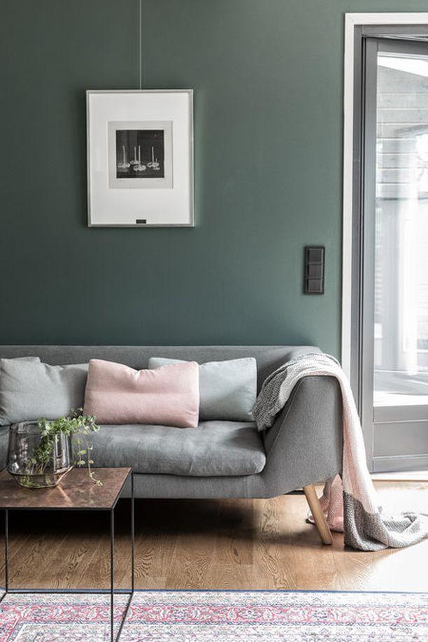 Värikäs koti ei tarkoita välttämättä räiskyviä perusvärejä. Hillitty sisustaja valitsee murrettuja sävyjä ja pastelleja. Tässä kodissa samat hillityt sävyt toistuvat matossa, sohvatyynyissä ja torkkupeitossa sekä seinässä. Värien toistuvuus luo harmonisen tunnelman.