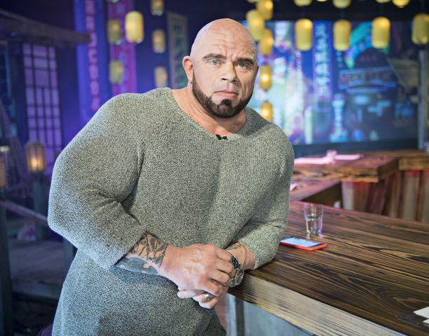 Televisiosta tuttu kehonrakentaja Bull Mentula on kahden pojan isä. Perheeseen kuuluu myös vaimon tytär Ronia.