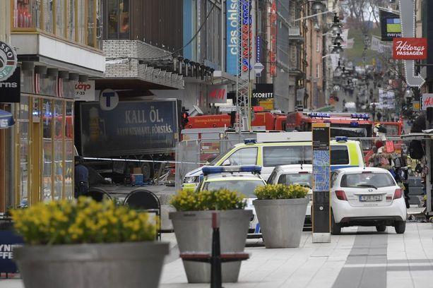Tukholman keskustassa tapahtui terrori-isku 7. huhtikuuta, kun kuorma-auto ajoi väkijoukkoon ja törmäsi lopulta tavaratalo Åhlensin seinään. Neljä ihmistä kuoli iskussa.