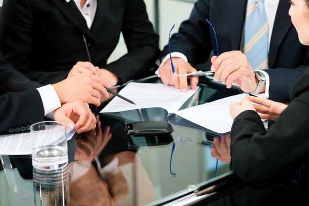 Avustajien laumaa on perusteltu lainvalmistelun puutteellisuuksilla.