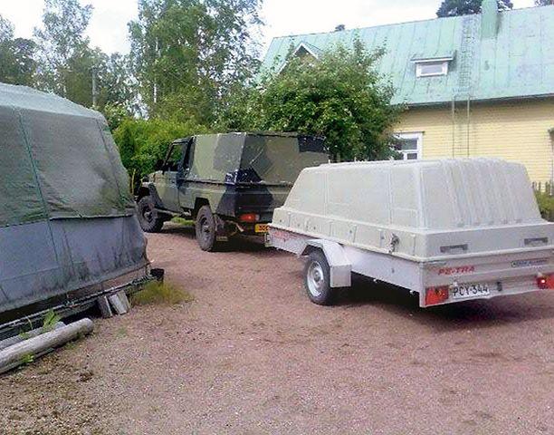 RÄJÄHDEVAARA Puolustusvoimien edustajat hakivat epäillyn pommin eilen aamulla Kotkan Karhulasta.