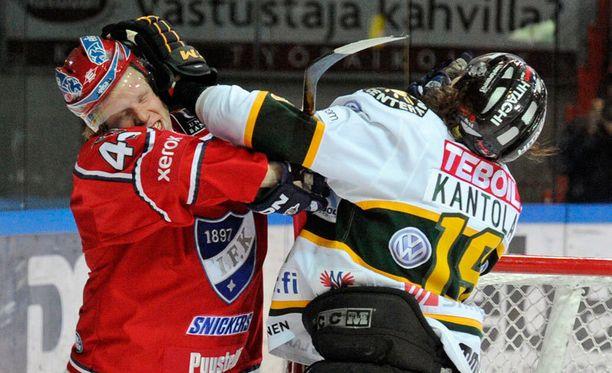 Micke-Max Åsten (vas.) tunnetaan räväköistä otteista. Helmikuussa 2012 hän väänsi HIFK-nutussa Kai Kantolaa vastaan.
