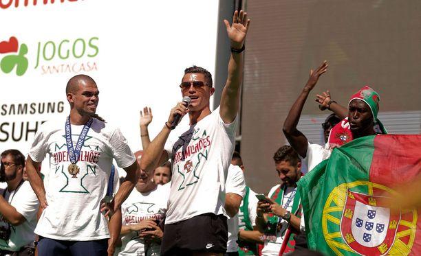 Cristiano Ronaldo juhli Euroopan mestaruutta Lossabonissa Pepen ja muun joukkueen kanssa.