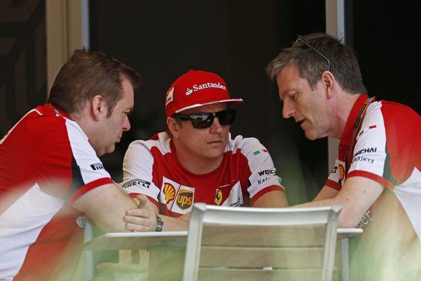 Kimi Räikkösen (kesk.) kisainsinööri Dave Greenwood (vas.) kuuntelee tarkkaan Allisonin ohjeita Bahrainin GP-viikonloppuna 2015.