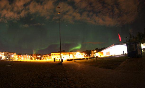 Revontulet näkyvät selvästi kaupungin kirkkaista valoista huolimatta. Kuva otettu Helsingin Latokartanossa.