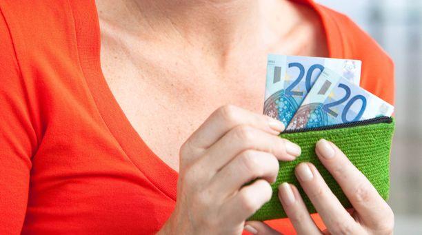Moni kuntien työntekijä tienaa vajaat 3 000 euroa kuukaudessa.