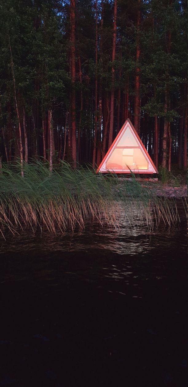 Auringonlasku Saimaalla tekee kotamökistä maagisen näyn.