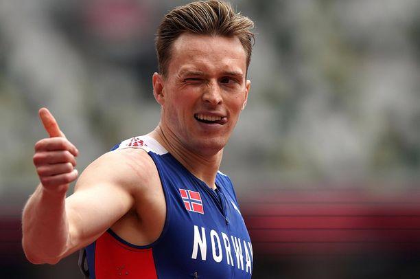 Norjalainen Karsten Warholm oli välierien nopein Tokiossa. Mieheltä odotetaan tiistaina olympiakultaa.