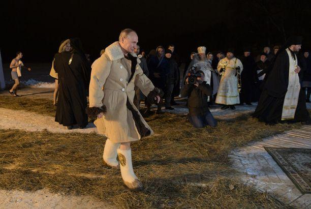 Putin pyrkii pönkittämään asemaansa muun muassa kirkon ja valtion median avulla. Kuva tammikuulta, jolloin Putin osallistui ortodoksiloppiaisen viettoon Tverin alueella.