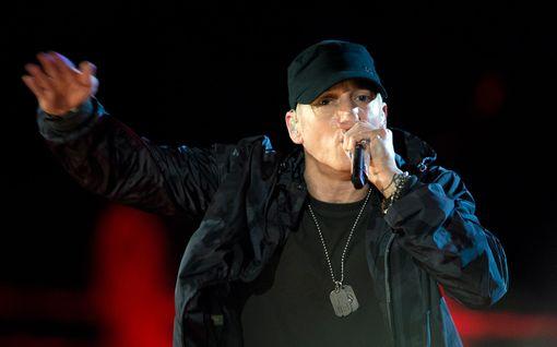 Eminem pyytää julkisesti Rihannalta anteeksi