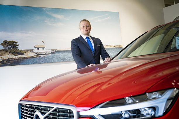 Jere Blom on työskennellyt seitsemän vuotta Volvojen parissa. Hän itse ajaa V60:lla, jonka käytännöllisyydestä ja tyylistä tykkää erityisen paljon