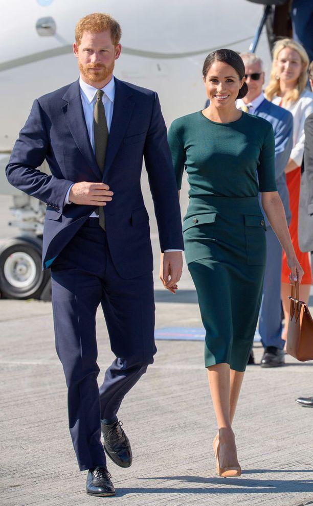 Meghan luottaa Givenchyyn. Vihreä asu koostui paidasta ja 1360 euroa maksavasta kynähameesta.