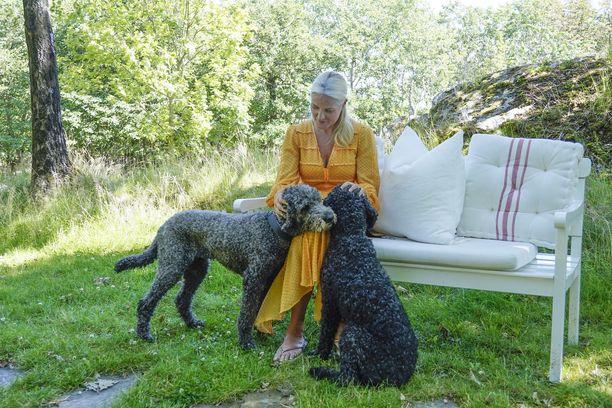 Prinsessa Mette-Marit poseeraa koiriensa Milly Kakaon ja Muffins Krakebollen kanssa kesällä 2020.
