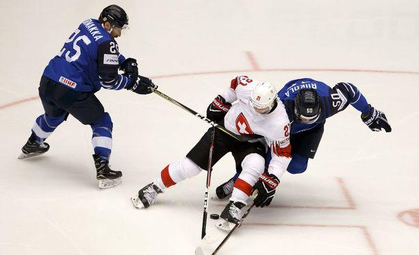 Sveitsiläiset olivat suomalaisille liian liukkaita, etenkin ottelun toisessa erässä, jossa Sveitsi karkasi neljässä minuutissa 0-1-tappiolta 3-1-johtoon.