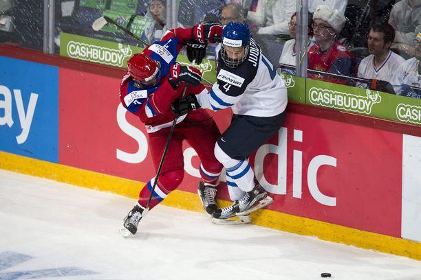 Olli Juolevi (oik.) taisteli viime tammikuussa nuorten MM-finaalissa Venäjää vastaan.