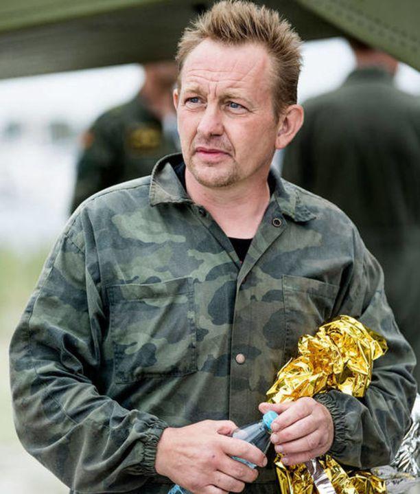 Peter Madsen kuvattiin elokuun 11. päivänä 2017, kun hänen sukellusveneensä oli uponnut. Kim Wallista ei näkynyt jälkeäkään.