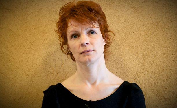 Näyttelijä Minna Haapkylä kertoi Aku Louhimiehelle kuvitteellisia kokemuksia.