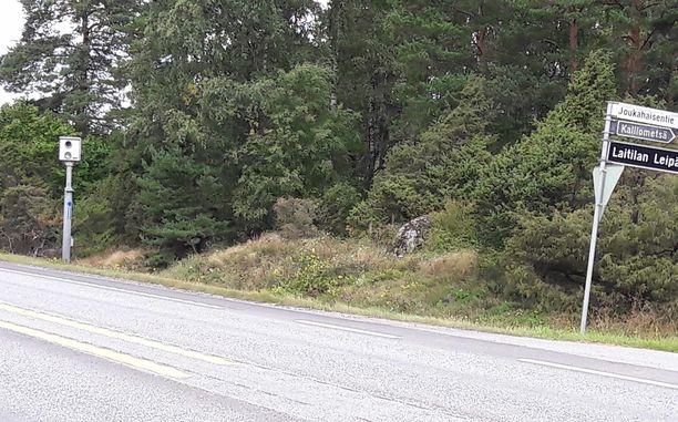 Väärän tiedon perusteella  sakkoja jakanut peltipoliisi sijaitsee Jouhahaisentien kohdalla Laitilassa.