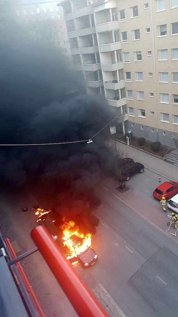 Auto paloi dramaattinen näköisesti Turussa. Poliisin mukaan kyseessä oli tavallinen autopalo.