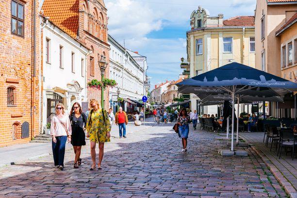 Vanhankaupungin kaduilla on kesällä kuhinaa.
