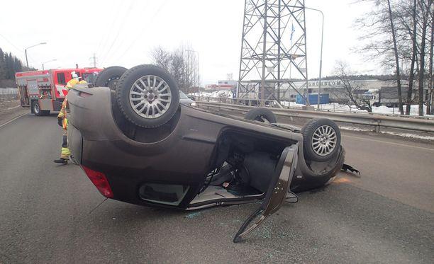 Auto tukki ajokaistat lännen suuntaan.