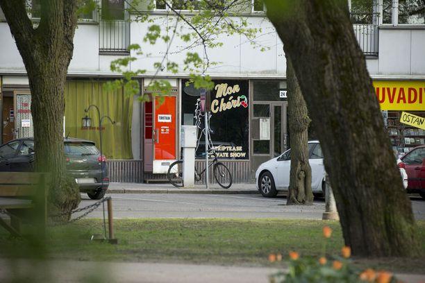 Viimeinen asiakas poistui stripteaseklubilta kello 21.24. Veriteko sattui kello kymmenen jälkeen. Liikehuoneistossa ei ollut tuolloin muita kuin uhri ja 20-vuotias virolaisnainen.