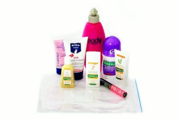 KAIKKI MUKAAN Litran vetoiseen läpinäkyvään muovipussiin mahtuu paljon tavaraa, jopa yksi normaalikokoinen vartalovoide, jos muut tuotteet ovat matkakokoa.