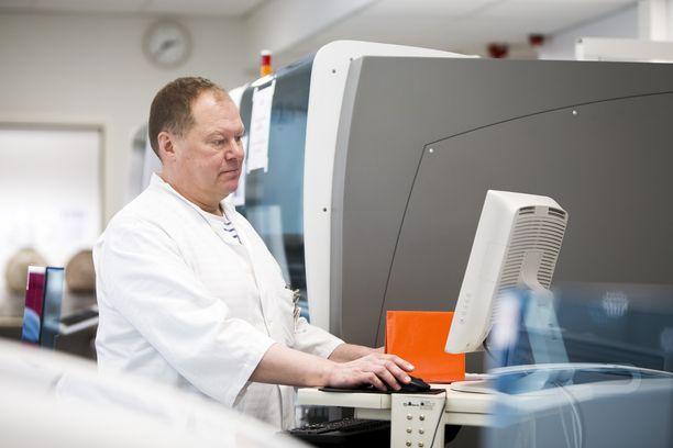 Lapin keskussairaalan infektioylilääkäri Markku Broas.