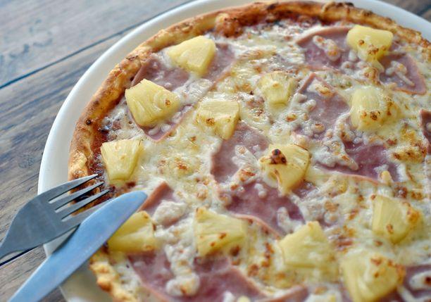 Ananas on suomessakin yksi pitsojen suosikkitäytteistä.