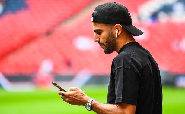 Riyad Mahrez oli Wembleyllä siviilit päällään sunnuntaina. Manchester City voitti Liverpoolin rankkarikisassa 1–1-tasapeliin päättyneen ottelun jälkeen.